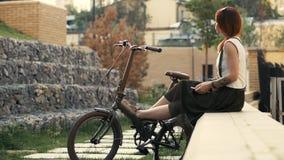 Redhaired Frauenradfahrer, der selfie am Handy mit Fahrrad macht Frauenradfahren lizenzfreies stockfoto
