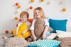 Redhaired kinderen onder hoofdkussens Royalty-vrije Stock Afbeelding