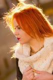 Redhaired kvinna för skönhetframsida i utomhus- varma kläder Arkivfoto