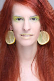 Redhaired kvinna med citronörhängen Arkivbilder