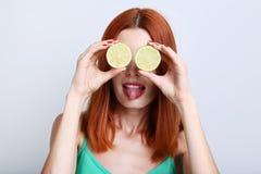 Redhaired kvinna med limefrukt fotografering för bildbyråer