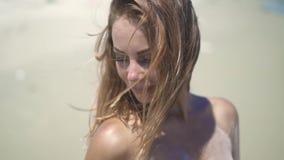 Redhaired młoda kobieta uśmiechnięta i patrzeje w kamerę na lato plaży Zamyka w górę portret szczęśliwej pięknej kobiety na piask zdjęcie wideo
