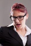 Redhaired sexy Sekretär der Achtziger Jahre mit Gläsern Stockbilder