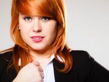 Redhaired stående för affärskvinna Arkivbilder
