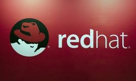 Redhat商标和信件在红色墙壁上 免版税库存照片