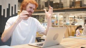 Redhead άτομο γενειάδων που ανατρέπεται από την απώλεια συνεδρίασης εργασίας στο lap-top απόθεμα βίντεο