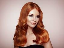 Redhead γυναίκα με τη σγουρή τρίχα στοκ εικόνες
