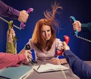 Redhead γυναίκα με το κόκκινο τηλέφωνο Στοκ Εικόνες