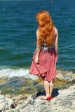 Redhead γυναίκα σε ένα φόρεμα Στοκ Εικόνες