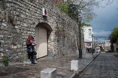 Redhead γυναίκα σε μια οδό σε Montmartre στοκ φωτογραφία