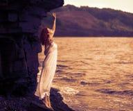 Redhead γυναίκα στο φόρεμα που στέκεται στην παραλία στοκ φωτογραφίες με δικαίωμα ελεύθερης χρήσης