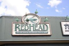 Redhead ιματισμός στα βαθιά υπέρ καταστήματα στοκ εικόνα