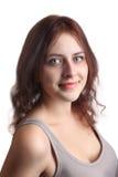 Redhead καυκάσιο κορίτσι 18 χρονών στο μπεζ πουκάμισο, κινηματογράφηση σε πρώτο πλάνο. Στοκ Εικόνα