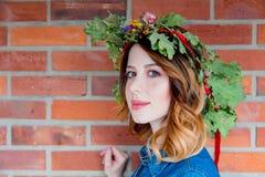 Redhead κορίτσι με το δρύινο στεφάνι φύλλων στην ημέρα ενότητας της Γερμανίας Στοκ Φωτογραφίες