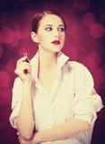 Redhead κορίτσι με το κραγιόν Στοκ φωτογραφίες με δικαίωμα ελεύθερης χρήσης