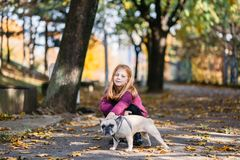 Redhead κορίτσι με το σκυλί της Στοκ Εικόνες