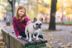 Redhead κορίτσι με το σκυλί της στοκ εικόνες με δικαίωμα ελεύθερης χρήσης