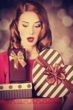 Redhead κορίτσι με το δώρο για την ημέρα βαλεντίνων Στοκ φωτογραφίες με δικαίωμα ελεύθερης χρήσης
