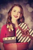 Redhead κορίτσι με το δώρο για την ημέρα βαλεντίνων Στοκ Φωτογραφία
