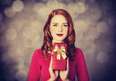 Redhead κορίτσι με το δώρο για την ημέρα βαλεντίνων Στοκ Εικόνες