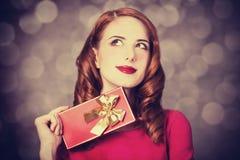 Redhead κορίτσι με το δώρο για την ημέρα βαλεντίνων Στοκ εικόνα με δικαίωμα ελεύθερης χρήσης