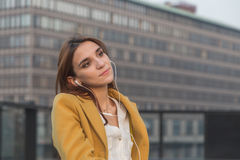 Redhead κορίτσι που ακούει τη μουσική στις οδούς πόλεων Στοκ φωτογραφία με δικαίωμα ελεύθερης χρήσης