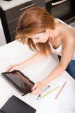 Redhead κορίτσι που γράφει στην κουζίνα Στοκ Εικόνες