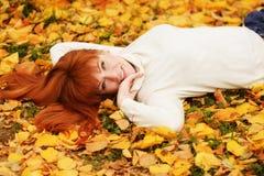 Redhead κορίτσι το φθινόπωρο στοκ εικόνες με δικαίωμα ελεύθερης χρήσης