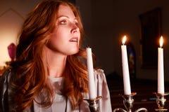 Redhead με τα κηροπήγια Στοκ εικόνα με δικαίωμα ελεύθερης χρήσης