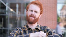 Redhead νεαρός άνδρας γενειάδων που ανατρέπεται από την απώλεια υπαίθρια φιλμ μικρού μήκους
