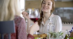 Redhead ομιλία λεπτομέρειας γυναικών Τέσσερις ευτυχείς πραγματικοί ειλικρινείς φίλοι απολαμβάνουν το μεσημεριανό γεύμα ή το γεύμα απόθεμα βίντεο