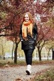 Redhead περίπατος κοριτσιών στη διάβαση στο πάρκο πόλεων, εποχή πτώσης Στοκ φωτογραφία με δικαίωμα ελεύθερης χρήσης