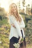 Redhead στενό επάνω γέλιο γυναικών από την ευχαρίστηση στη φωτεινή ηλιοφάνεια στοκ εικόνα με δικαίωμα ελεύθερης χρήσης