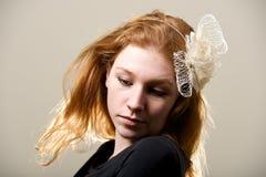 Redhead στο fascinator κρέμας και τη μαύρη κορυφή Στοκ εικόνα με δικαίωμα ελεύθερης χρήσης