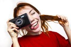 Redhead χαμογελώντας κορίτσι με το παλαιό camer Στοκ Εικόνα