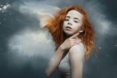Redhead χορευτής γυναικών στη σκόνη στοκ εικόνα