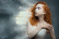 Redhead χορευτής γυναικών στη σκόνη στοκ εικόνες
