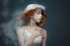 Redhead χορευτής γυναικών στη σκόνη στοκ εικόνα με δικαίωμα ελεύθερης χρήσης