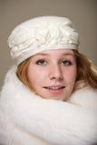 Redhead в cream шляпе и белом мехе Стоковые Фотографии RF