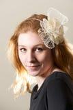 Redhead в cream fascinator и черной верхней части Стоковые Фото