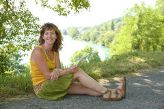 Redhead и естественная женщина в природе стоковые изображения rf