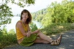 Redhead и естественная женщина в природе стоковая фотография