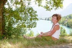 Redhead и естественная женщина в природе Стоковые Фото