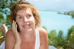Redhead и естественный телефон женщины стоковое изображение