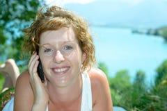 Redhead и естественный телефон женщины стоковое изображение rf
