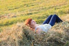 Redhead на сене Стоковое Фото
