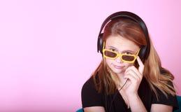 Redhead предназначенный для подростков с наушниками Стоковая Фотография