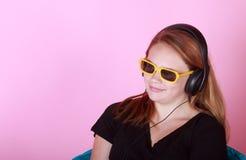 Redhead предназначенный для подростков с наушниками Стоковые Фотографии RF