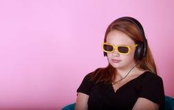 Redhead предназначенный для подростков с наушниками Стоковые Изображения