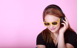 Redhead предназначенный для подростков с наушниками Стоковые Фото
